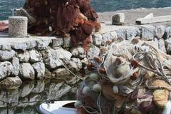 Primer de las redes de pesca en un barco de pesca y el puerto deportivo Imagen de archivo libre de regalías