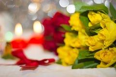 Primer de las rosas amarillas y rojas Fotografía de archivo libre de regalías