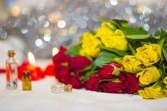 Primer de las rosas amarillas y rojas Imágenes de archivo libres de regalías