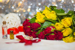 Primer de las rosas amarillas y rojas con el bokeh Imagen de archivo