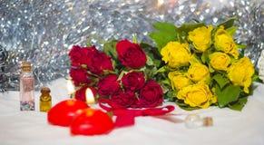 Primer de las rosas rojas y amarillas Foto de archivo libre de regalías