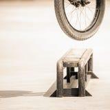 Primer de las ruedas de bicicleta que hacen truco por el carril Fotos de archivo
