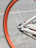 Primer de las ruedas de una bicicleta fotos de archivo