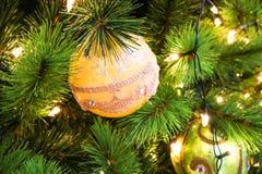 Primer de las solas decoraciones amarillas del árbol de navidad imágenes de archivo libres de regalías