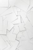 Primer de las tarjetas de visita blancas vacías en blanco, modelo vertical detallado grande del fondo Imagen de archivo libre de regalías