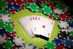 Primer de las tarjetas y de las virutas del casino en luz acentuada imagen de archivo libre de regalías