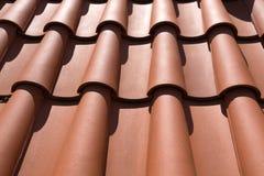 Primer de las tejas de tejado de la arcilla roja Foto de archivo libre de regalías