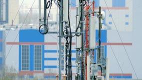 Primer de las torres con el equipo de telecomunicaciones en el fondo de edificios almacen de metraje de vídeo