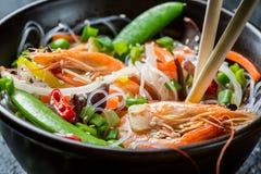 Primer de las verduras de la mezcla del chino con el camarón Imagenes de archivo