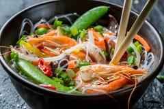 Primer de las verduras de la mezcla del chino con el camarón Fotos de archivo