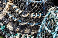 Primer de las viejas cuerdas coloridas del amarre y de las artes de pesca Imagen de archivo