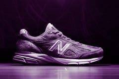 Primer de las zapatillas de deporte V4 de New Balance 990 imagen de archivo libre de regalías