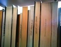 Primer de libros en un estante en la biblioteca de Sydney en el edificio de aduanas, Quay circular fotos de archivo