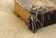 Primer de llaves antiguas en folio viejo Concepto secreto de los estudios Concepto histórico de los estudios fotos de archivo libres de regalías