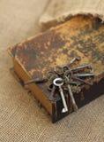 Primer de llaves antiguas en folio viejo Concepto secreto de los estudios Concepto histórico de los estudios imagenes de archivo