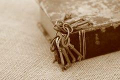 Primer de llaves antiguas en folio viejo estilo de la sepia Concepto secreto de los estudios Concepto histórico de los estudios c foto de archivo libre de regalías
