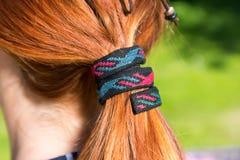 Primer de los accesorios hermosos del pelo sobre el pelo rojo Imagen de archivo