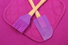 Primer de los accesorios púrpuras de la cocina del silicón Foto de archivo libre de regalías