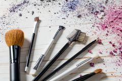 Primer de los accesorios profesionales del maquillaje con los cepillos y los colores Fotografía de archivo libre de regalías