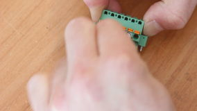 Primer de los alambres del instalation en el conector almacen de metraje de vídeo