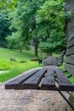 Primer de los bancos de parque vacíos en las hojas de Sunny Summer Day With Golden en árboles, Letonia, Europa, concepto de trist fotos de archivo libres de regalías