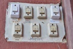 Primer de los botones antiguos para llamar los pisos de una casa vieja w imagen de archivo libre de regalías