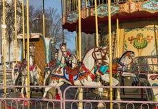 Primer de los caballos del carrusel del vintage en invierno Foto de archivo