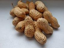 Primer de los cacahuetes en el fondo blanco Fotos de archivo libres de regalías