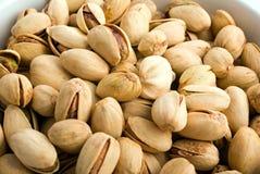 Primer de los cacahuetes en el tazón de fuente blanco Fotos de archivo
