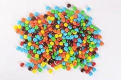 Primer de los caramelos de chocolate coloridos de la pila Fotos de archivo libres de regalías