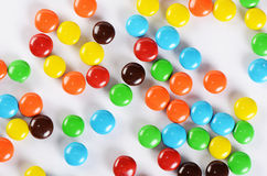 Primer de los caramelos de chocolate coloridos de la pila Imagen de archivo