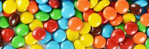 Primer de los caramelos de chocolate coloridos de la pila Foto de archivo libre de regalías