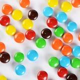 Primer de los caramelos de chocolate coloridos de la pila Foto de archivo
