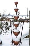 Primer de los cazos viejos de la arcilla de diversos tamaños con un paisaje hermoso del invierno en el fondo fotografía de archivo