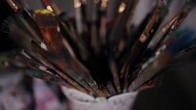 Primer de los cepillos para la pintura almacen de video
