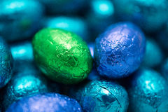 Primer de los chocolates de los huevos de Pascua Fotos de archivo