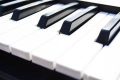 Primer de los claves del piano visión frontal cercana fotografía de archivo