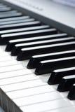 Primer de los claves del piano visión frontal cercana imágenes de archivo libres de regalías