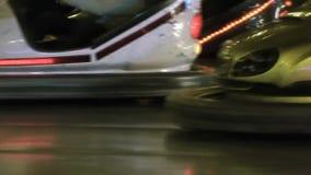 Primer de los coches de parachoques almacen de metraje de vídeo