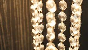 Primer de los cristales Fondo moderno cristalino del detalle de la lámpara Diamantes de la ejecución con la reflexión brillante d metrajes