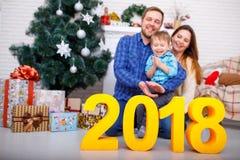 Primer de los cuadros 2018 de la familia y del oro Concepto del Año Nuevo, la Navidad Imagen de archivo