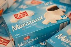 Primer de los cubos del azúcar en caja azul en el supermercado de Norma Imagenes de archivo