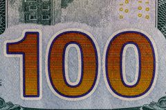 Primer de los 100 en el revés de cientos billetes de dólar para el fondo III Imágenes de archivo libres de regalías