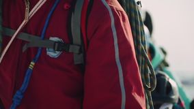 Primer de los escaladores que caminan hacia el operador en el rastro los escaladores están llevando metrajes