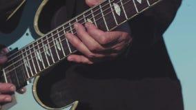 Primer de los gatos viejos del guitarrista que tocan la guitarra baja existencias Funcionamiento dominante de tocar la guitarra d almacen de video