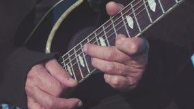 Primer de los gatos viejos que tocan la guitarra baja existencias El viejo guitarrista realiza dominante melodía en la guitarra b almacen de metraje de vídeo