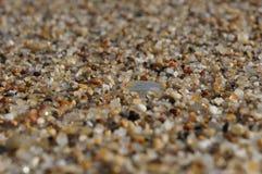 Primer de los granos de arena con el foco en el centro y el fondo borroso imágenes de archivo libres de regalías