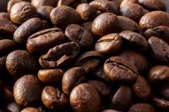 Primer de los granos de café Foto macra de los granos de café enteros Granos de café del Arabica y Robusta enteros Textura del ca Imágenes de archivo libres de regalías