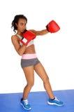 Primer de los guantes de boxeo de la mujer que llevan Imagen de archivo
