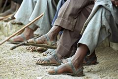 Primer de los hombres etíopes que llevan reciclando las sandalias Fotos de archivo libres de regalías